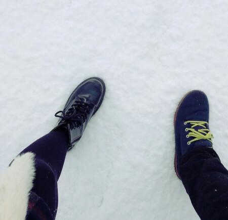 リゾバ雪道を歩くカップル