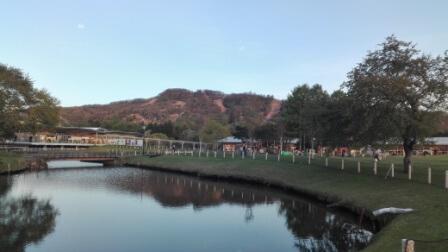 軽井沢アウトレットの中から撮影