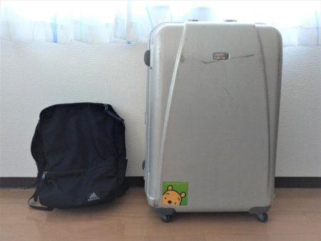 リゾートバイトのスーツケースとバックパック
